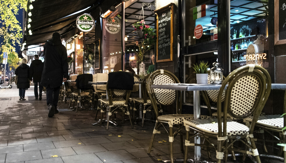 Fredag innfører Sverige de første restriksjonene på alkoholservering. Skjenkesteder får nå ikke servere alkohol etter klokka 22. Foto: Amir Nabizadeh / TT via AP / NTB