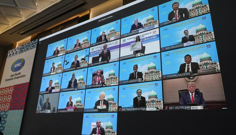 Skjermen som viser alle lederne for Apec under fredagens online-toppmøte, med USAs president Donald Trump nederst til høyre. Foto: Vincent Thian / AP / NTB