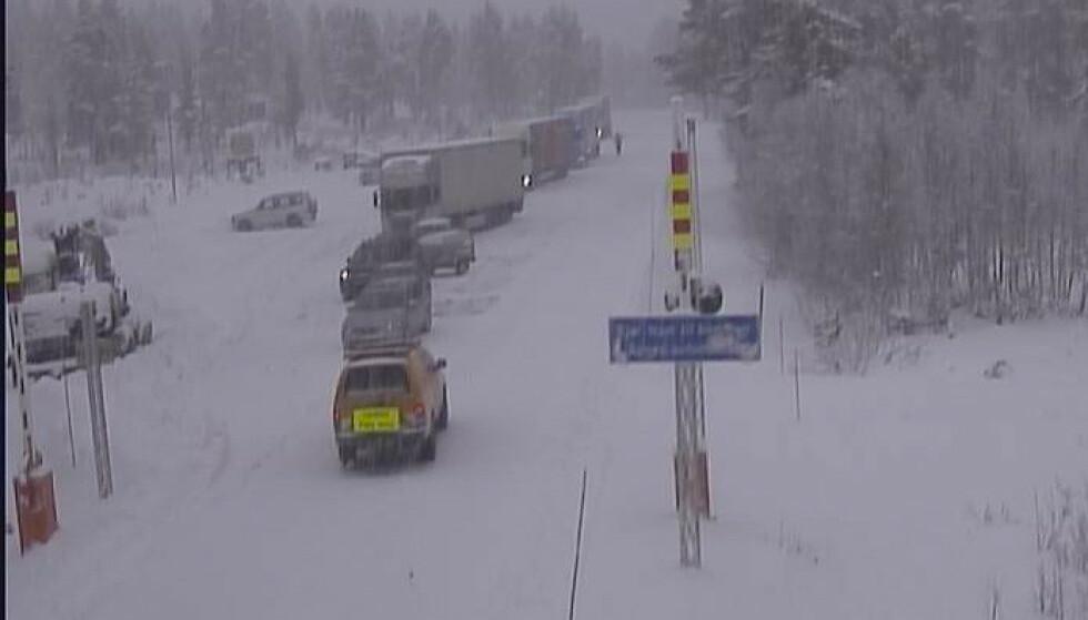 Vanskelige kjøreforhold fører til kolonnekjøring over Strynefjellet. Foto: Statensvegvesen / NTB