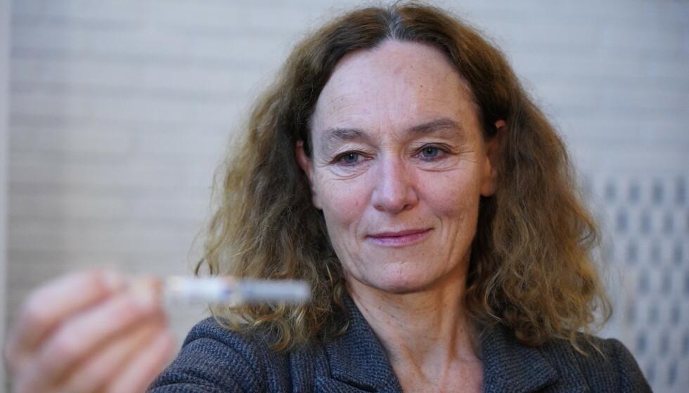 Direktør for Folkehelseinstituttet Camilla Stoltenberg holder fram en influensavaksine. Hun sier at det har vært svært få influensatilfeller så langt i år. Foto: Ole Berg-Rusten / NTB
