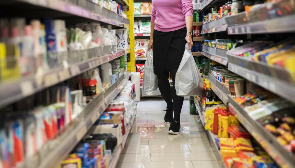 Bisfenoler og spesielt plastmyknerne ftalater lekker over fra emballasje til produkter som er i kontakt med kroppen eller skal spises, og det er en vei inn i systemet vårt. Illustrasjonsfoto: Berit Roald / NTB