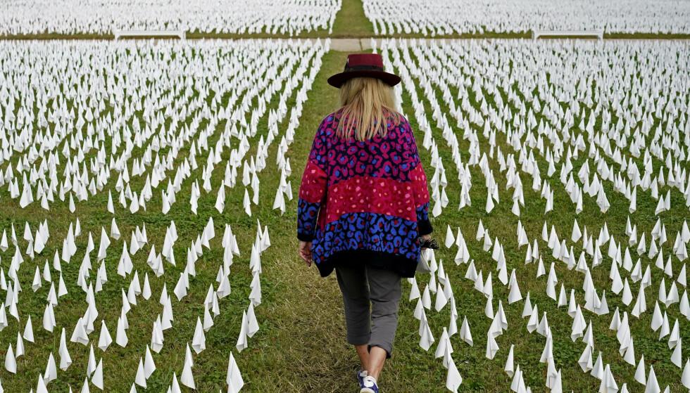 Koronapandemien har krevd over 266.000 liv i USA, der det nå dør et koronaoffer hvert 40. sekund. Disse hvite flaggene markerer alle ofrene og er å finne i Washington. Foto: AP / NTB