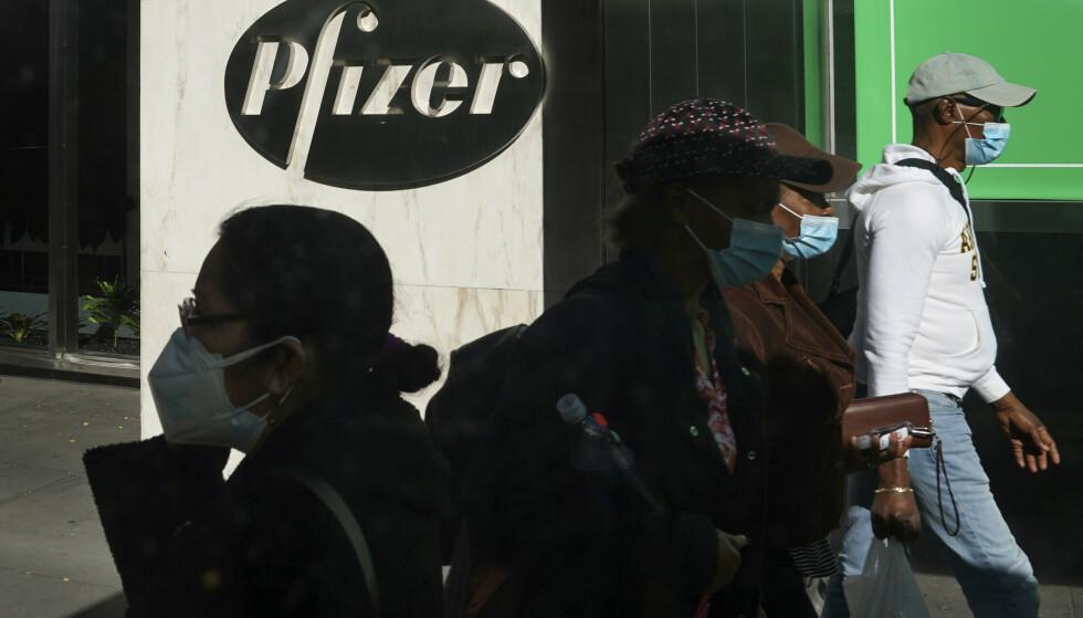 Legemiddelkonsernet Pfizer står bak en av de mest lovende coronavaksinekandidatene. Nå pågår arbeidet med å bestemme hvem som skal havne først – og sist – i vaksinekøen. Foto: Bebeto Matthews / AP / NTB