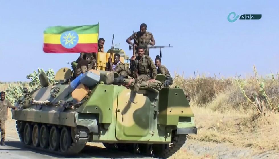 Dette udaterte bildet fra Etiopias statlige nyhetsbyrå viser et militært kjøretøy nær Tigray-regionen. Foto: Ethiopian News Agency via AP/NTB