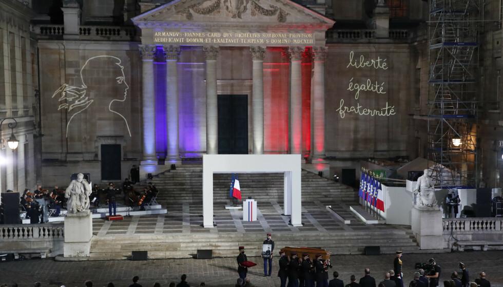 Kisten til terrorofferet Samuel Paty under minneseremonien på Sorbonne-universitetet i slutten av oktober. Foto: François Mori/AP/NTB