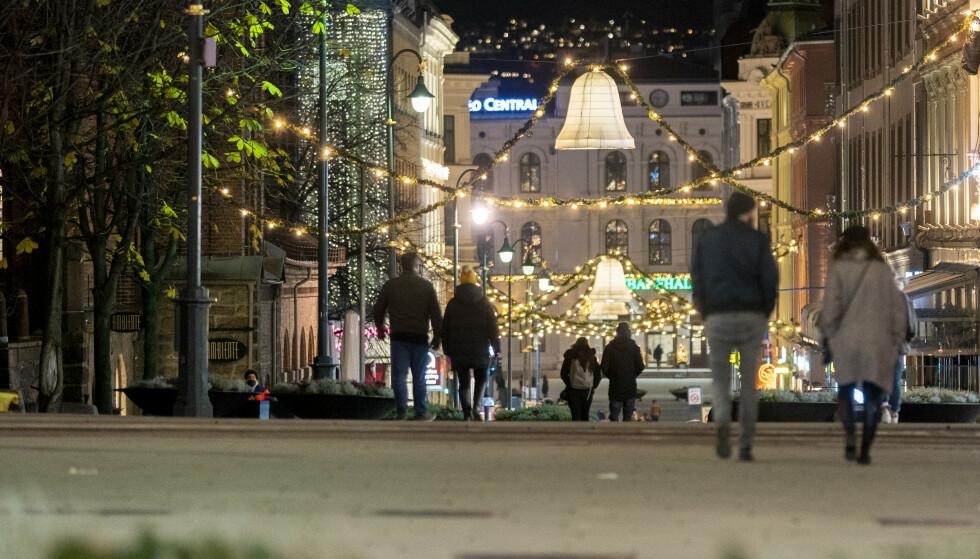 Det er trolig like mange smittede ute i samfunnet som under forrige topp i april, ifølge FHI. Her er folk ute i julegatene i Oslo. Foto: Fredrik Hagen / NTB