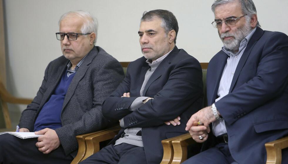 En av Irans ledende atomforskere, Mohsen Fakhrizadeh (t.h.), ble drept i et attentat fredag. Det er ikke kjent hvem de to andre på bildet er. Foto: AP / NTB
