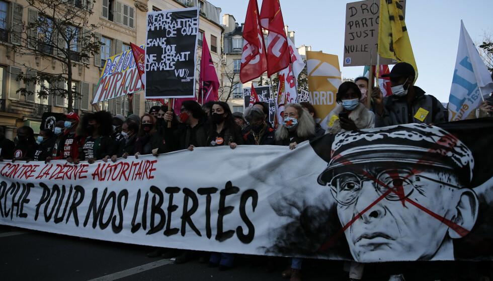 Demonstranter i Paris lørdag, under en protest mot en ny lov kritikerne mener kan gjøre det vanskelig å avdekke politivold. Lovforslaget innebærer et forbud mot å dele bilder og film av politifolk i tjeneste. Foto: François Mori / AP / NTB
