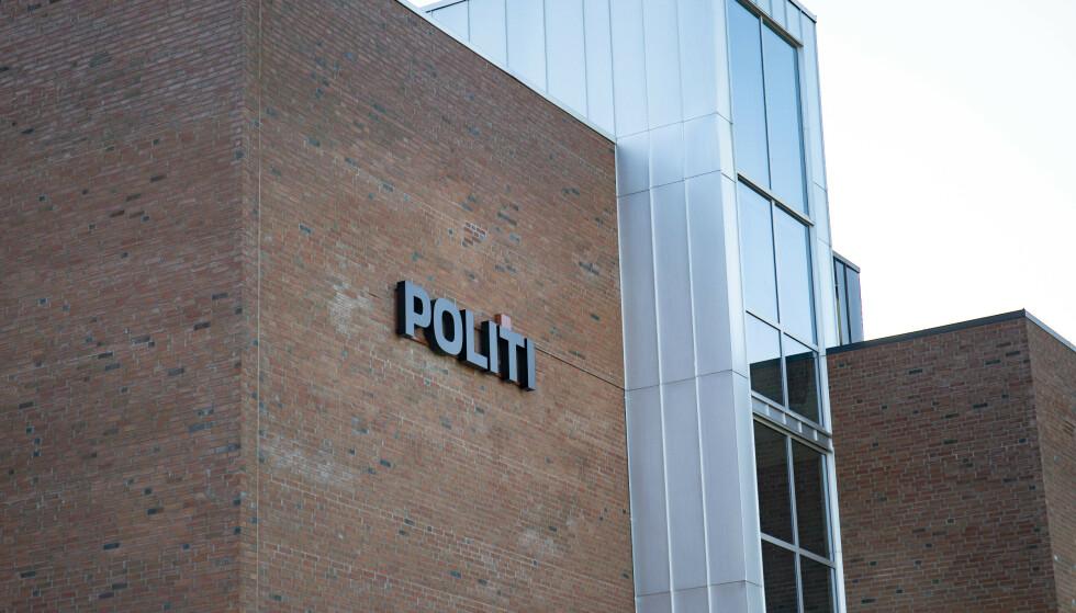 Mannen i 50-årene som ble pågrepet etter en alvorlig voldshendelse på Skjetten natt til lørdag, er siktet for drapsforsøk. Han satt søndag i avhør på politihuset i Lillestrøm. Foto: Fredrik Hagen / NTB