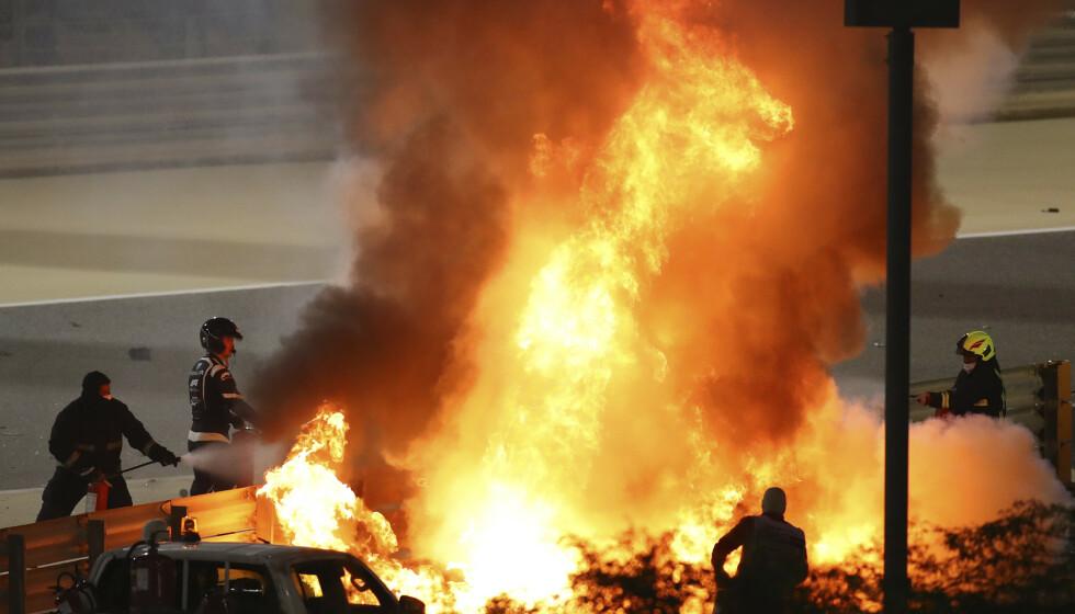 Brannmannskaper jobber for å slukke brannen etter eksplosjonen som oppsto. Foto: Brynn Lennon / AP / NTB