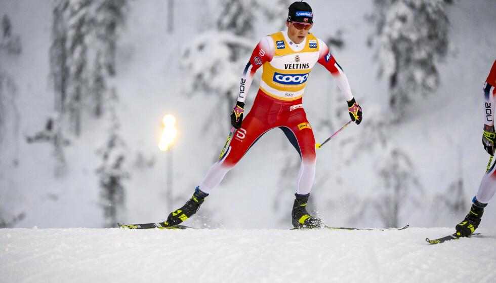 Johannes Høsflot Klæbo i aksjon i Ruka under søndagens jaktstart. Foto: Vesa Moilanen / Lehtikuva / NTB.