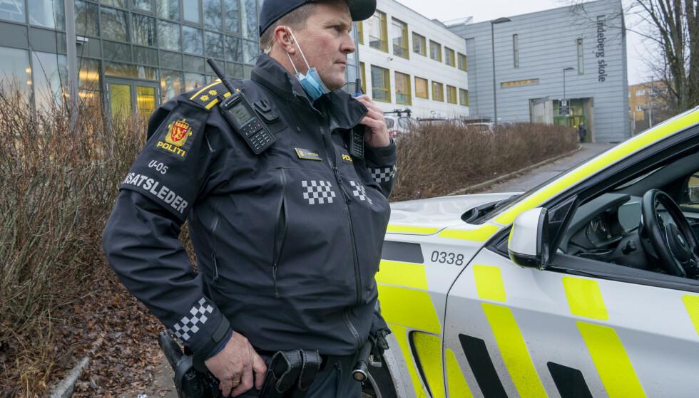 Innsatsleder Arve Røtterud ved Lindeberg skole etter et slagsmål med flere unge personer involvert. Foto: Heiko Junge / NTB