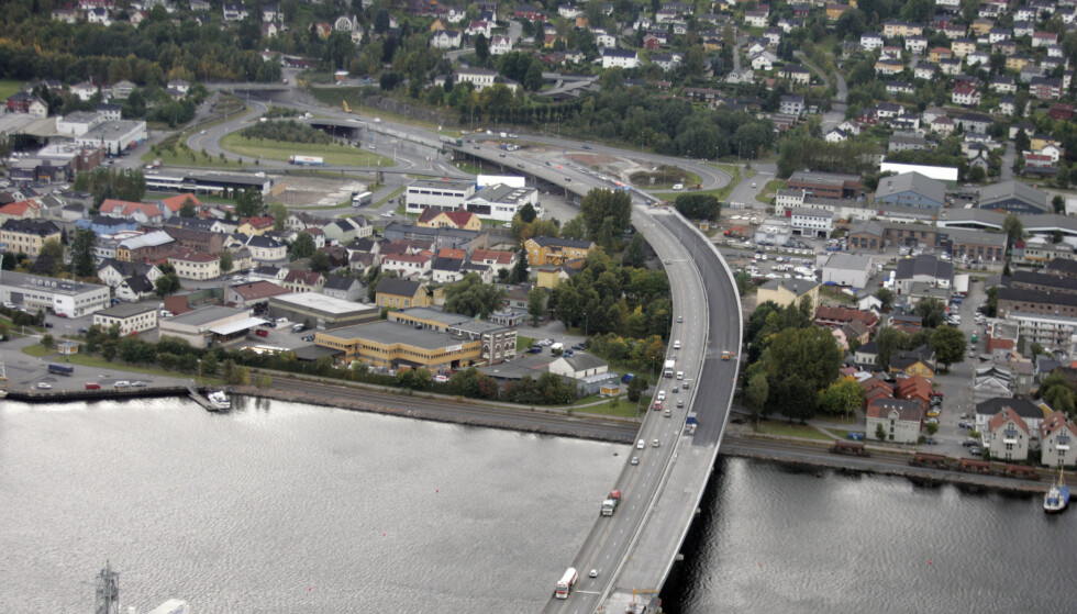24 personer bosatt i Drammen kommune har i løpet av det siste døgnet fått påvist coronasmitte. Foto: Cornelius Poppe / NTBDrammen 20050920. Flyfoto av Drammensbrua. Foto: Cornelius Poppe / NTB