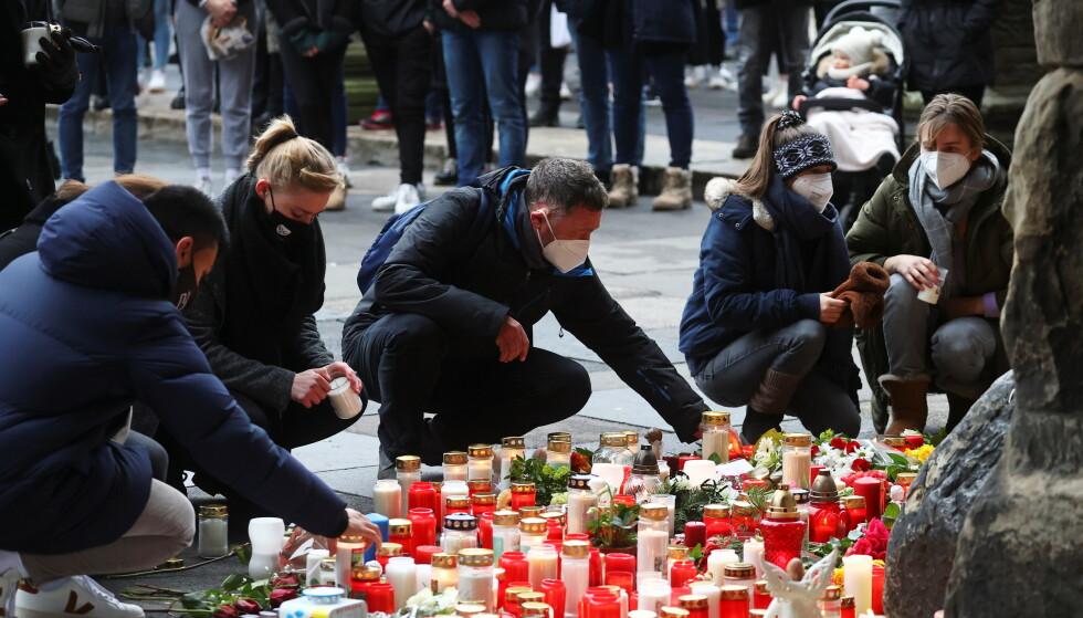 MINNESTUND: Innbyggere og pårørende tente lys på gaten i Trier tirsdag 2. desember. Foto: NTB