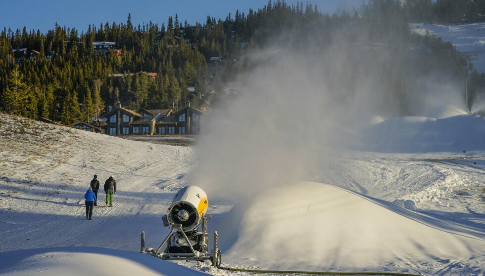 Nesbyen gikk snøkanonene for fullt denne helgen. Nå kan de vente seg naturlig snø, men ikke like mye som de i Telemark og Agder. Foto: Lise Åserud / NTB