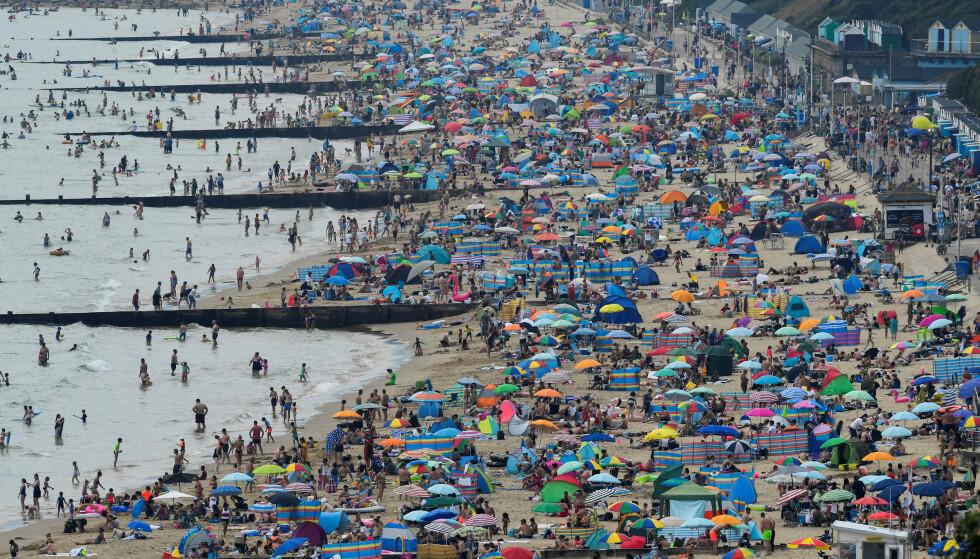 Mennesker kjølte seg ned på stranden i Bournemouth under hetebølgen i august. Foto: REUTERS/Toby Melville/File Photo