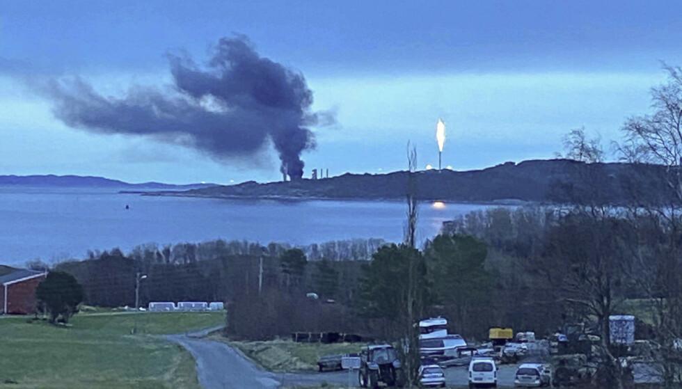 Equinor-anlegget på Tjeldbergodden i Aure kommune begynte onsdag ettermiddag å brenne. Foto: Øyvind Kvammen / NTB