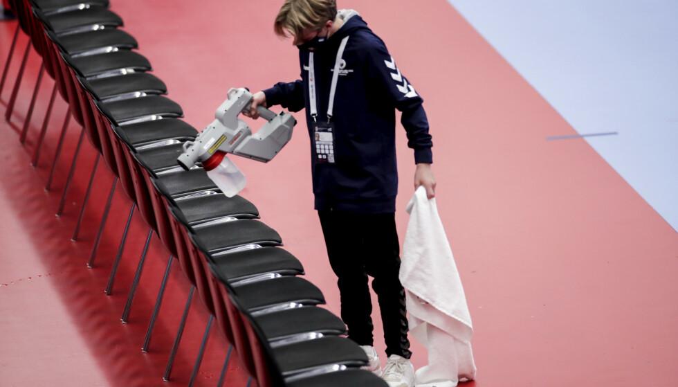 Alle setene til spillerne blir desinfisert før Norge-Polen-kampen i håndball-EM. Foto: Vidar Ruud / NTB.