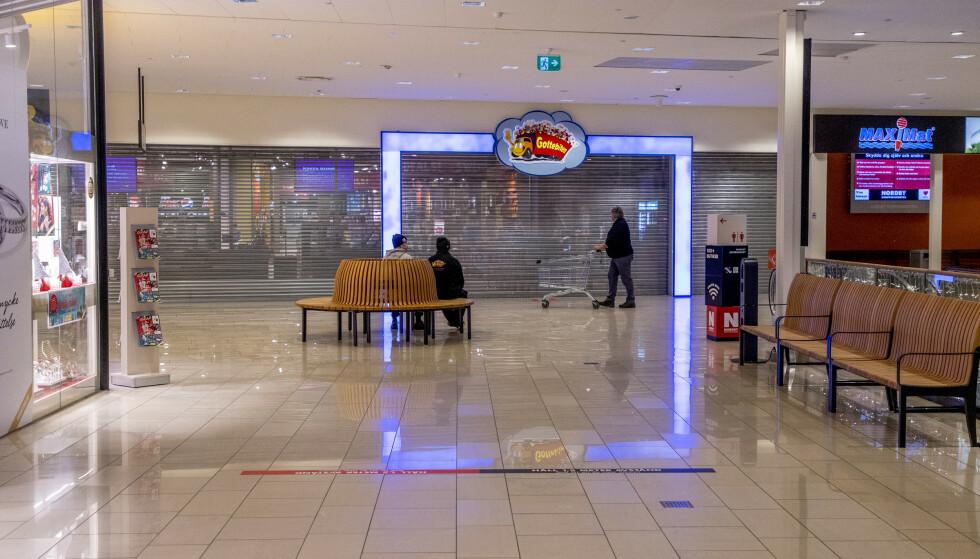 Julepynten er droppet, og knapt en kunde er i sikte. Mange er oppsagt eller permittert ved Nordby shoppingsenter, deriblant 200 haldensere. Foto: Adam Ihse / TT NYHETSBYRÅN / NTB