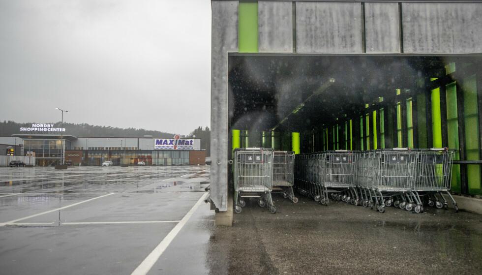 Handlevognene står urørte på Nordby shoppingsenter i Strömstad. Foto: Adam Ihse / TT NYHETSBYRÅN / NTB