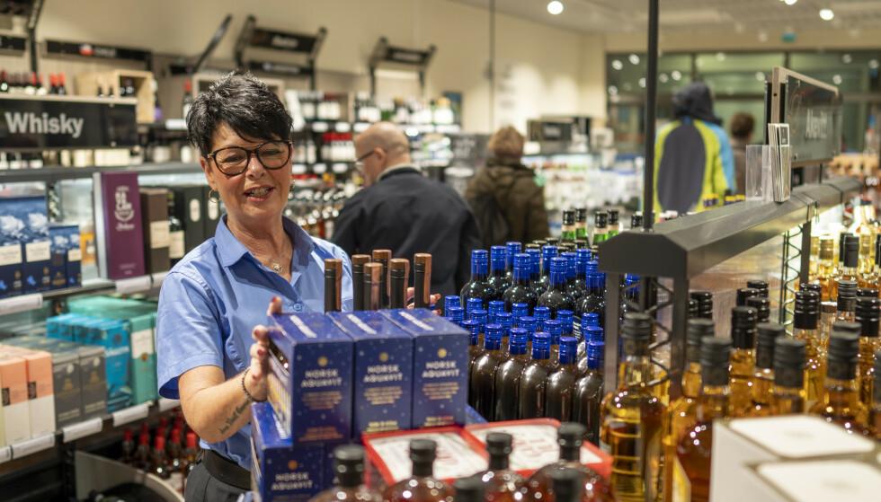 På Vinmonopolet på Tista kjøpesenter i Halden har omsetningen økt med 200 prosent, forteller butikksjef Anneli Christiansen. Foto: Heiko Junge / NTB