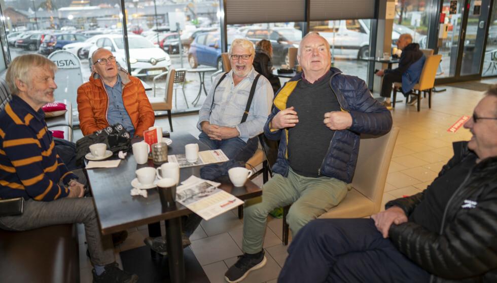 – Vi savner Sverige! Kompisene Truls, Bjørn, Egil, Alf Lars, Per, Jan Erik møtes jevnlig på kafeen på Tista kjøpesenter i Halden. De venter utålmodig på at grensa skal åpne igjen. Foto: Heiko Junge / NTB