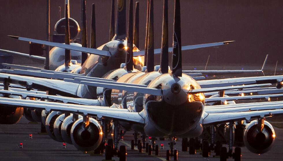 Lufthansa-fly parkert på flyplassen i Frankfurt. Foto: Michael Probst / AP / NTB