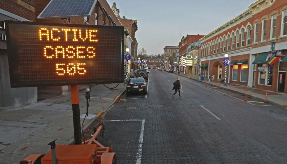 Et skilt viser antallet aktive smittetilfeller i området i Athens, Ohio. Foto: Doral Chenoweth / AP / NTB