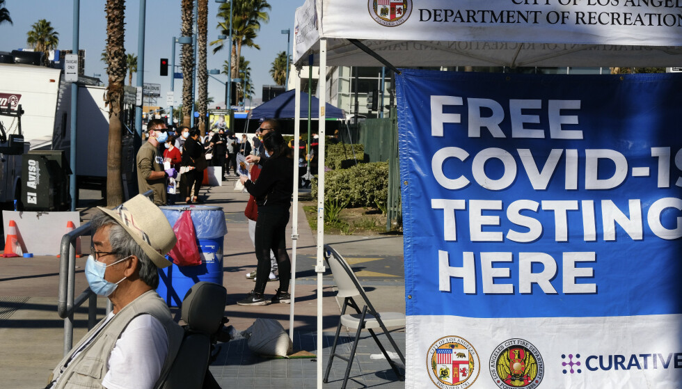 Folk venter i kø for å teste seg for coronaviruset i North Hollywood i Los Angeles. Foto: Richard Vogel / AP / NTB
