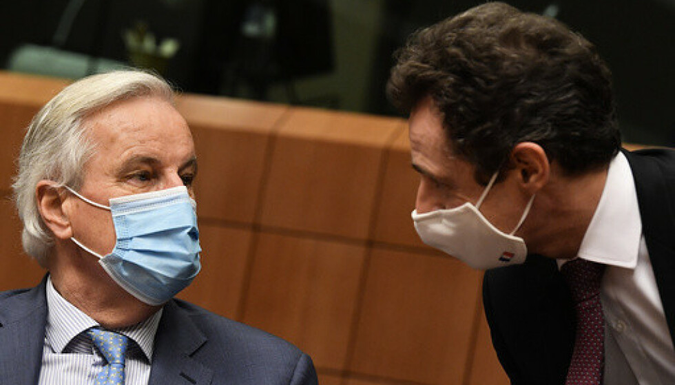 EUs sjefforhandler Michel Barnier (t.v.) fortsatte mandag forhandlingene med sin britiske motpart i håp om å komme fram til en avtale. Men det haster. Fristen er 1. januar. Her er han sammen med Frankrikes EU-ambassadør, Philippe Leglise-Costa. Foto: John Thys, Pool via AP / NTB