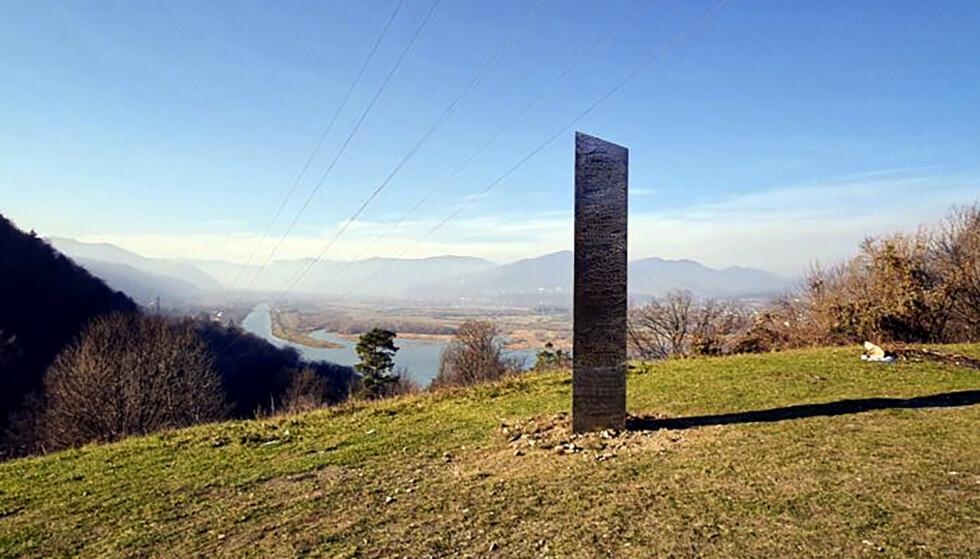 Det er funnet lignende obelisker flere steder i verden den siste tiden, som her i Romania. Den nederlandske skiller seg ut, fordi den metalliske overflaten er matt. Arkivfoto: (Obert Losub / ziarpiatraneamt.ro / AP / NTB