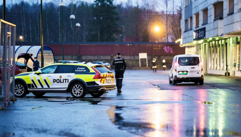 Oslo 20201208.  Politiet har rykket til Åråsen i Lillestrøm etter at en person er funnet knivstukket. Foto: Stian Lysberg Solum / NTB