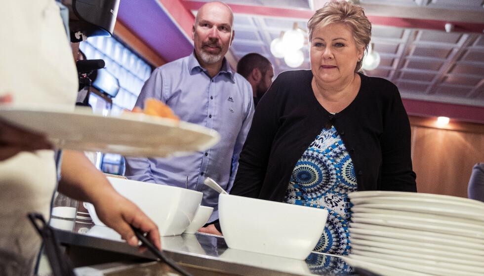 Statsminister Erna Solberg beskte Bl Kors i Oslo hvor hun fikk servert lunsj. Foto: Tore Meek / NTB