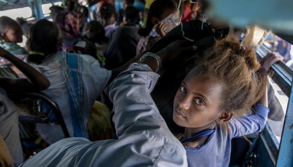 Flyktninger fra Tigray-regionen i Etiopia på en buss til et flyktningsenter nær grensa mot Sudan 1. desember. Foto: Nariman El-Mofty / AP / NTB.
