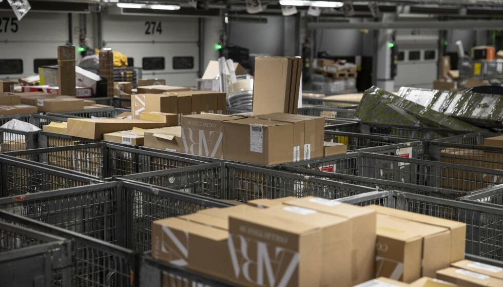 Ikke et stilt øyeblikk på postens pakkesentraler i disse tider. Foto: Jil Yngland / NTB