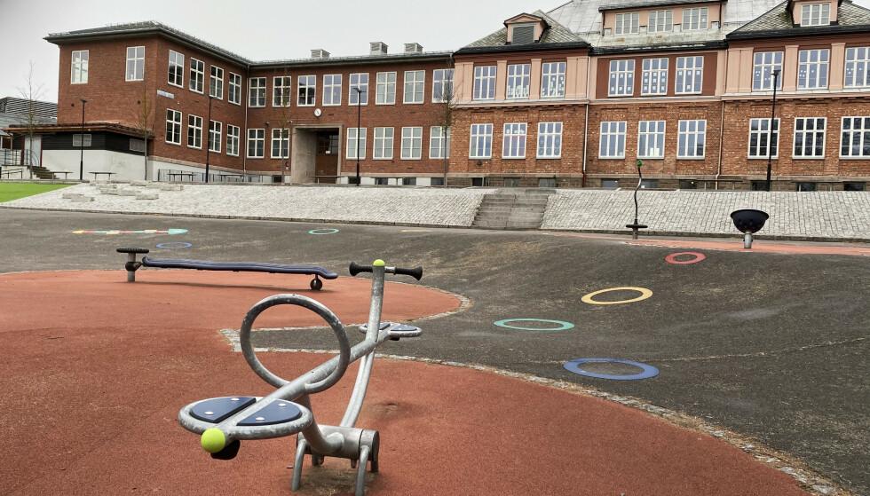 Stengte skoler er et av tiltakene som rammer spesielt sårbare, og som krever ekstra høy terskel. Her er skolegården på Kjelsås skole i Oslo i vår. Foto: Erik Johansen / NTB