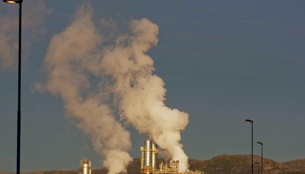 EU-landene går inn for å kutte klimagassutslippene med minst 55 prosent innen tiåret er omme. Illustrasjonsfoto: Stian Lysberg Solum / NTBLINDS 20091214. Oljeraffineriet p Mongstad. Ryk fra fabrikken . Foto: Stian Lysberg Solum / Scanpix .
