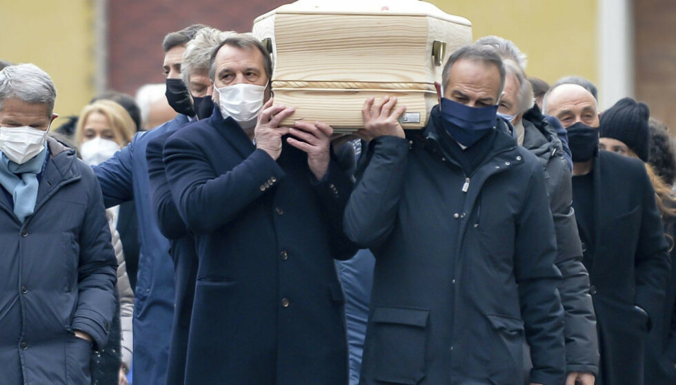 Tidligere lagkamerater bærer kisten til Paolo Rossi. Foto: Claudio Furlan / LaPresse / AP / NTB