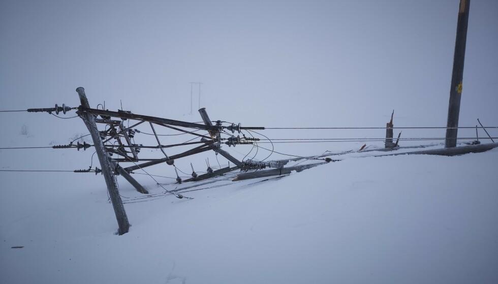 Minst 16 høyspentmaster er revet over ende ved Rjukan i Tinn kommune. Et Statkraft-anlegg og et Avinor-anlegg drives nå med aggregat. Foto: Stannum AS / NTB