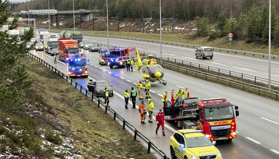 En brannmann og en bilberger som var på stedet i forbindelse med et trafikkuhell, er påkjørt på E6 ved Jessheim. Foto: Nyhetstips / NTB