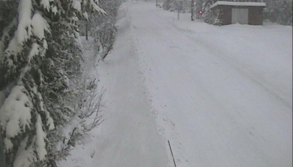 Politiet advarer om glatte veier i Hemsedal. En rekke trailere har hatt problemer på ulike strekninger. Her fra Tuv i ettermiddag. Foto: Statens vegvesen / NTB