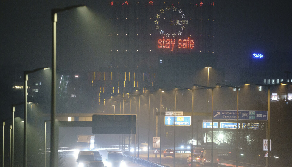 Et skilt over motorveien i Berlin ber folk holde seg trygge. Onsdag er det registrert rekordhøye dødstall i Tyskland. Foto: Kay Nietfeld / dpa via AP / NTB