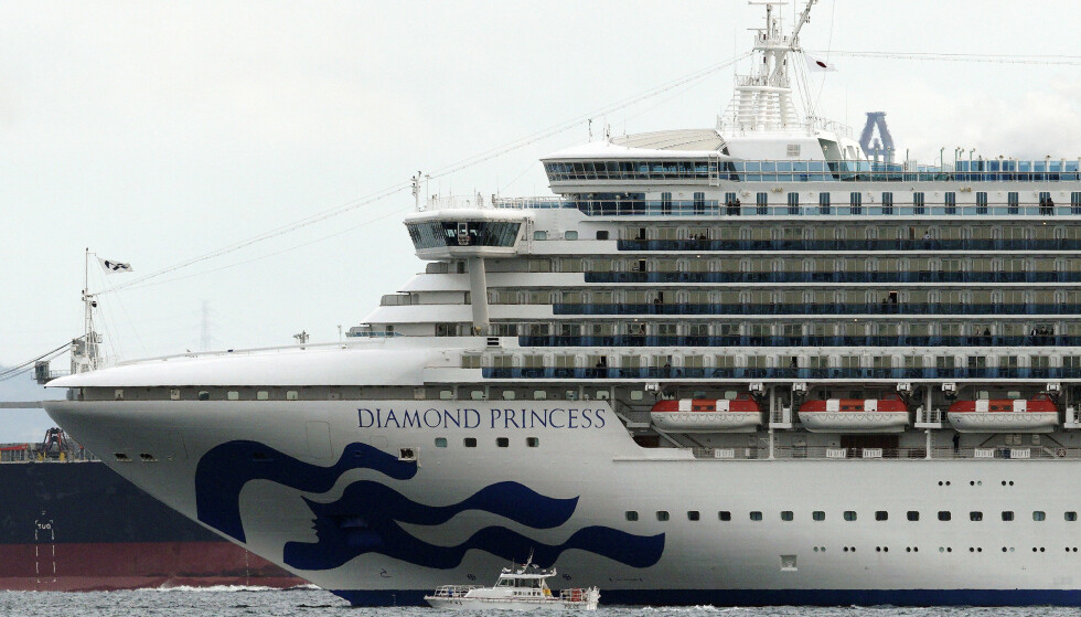 Cruiseskipet Diamond Princess ved Yokohama i Japan i februar. Smitteutbruddet på cruiseskipet førte til at svært mange av dem som var om bord, ble smittet, og over 3.700 mennesker ble satt i karantene inne på skipet. Foto: Eugene Hoshiko / AP / NTB