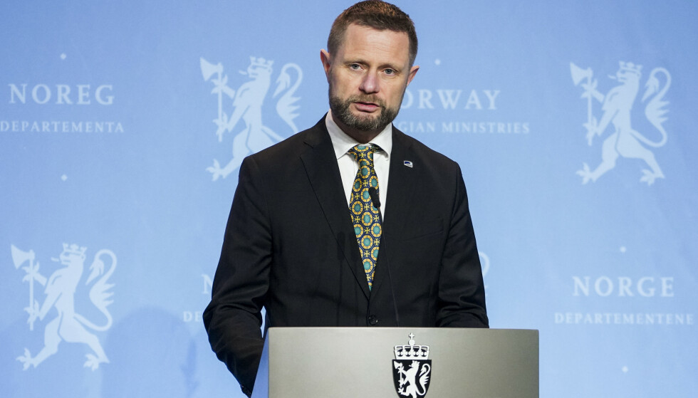 Helse- og omsorgsministeren Bent Høie sier at de vurderer ytterligere tiltak. Her fra en pressekonferanse om koronasituasjonen. Foto: Fredrik Hagen / NTB