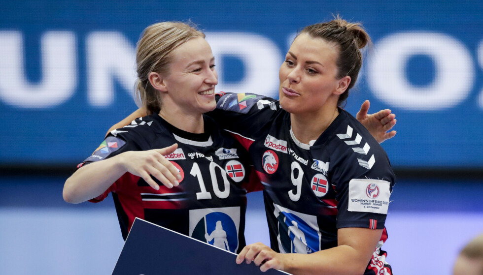 Stine Bredal Oftedal og Nora Mørk etter kampen mellom Nederland og Norge. Foto: Vidar Ruud / NTB