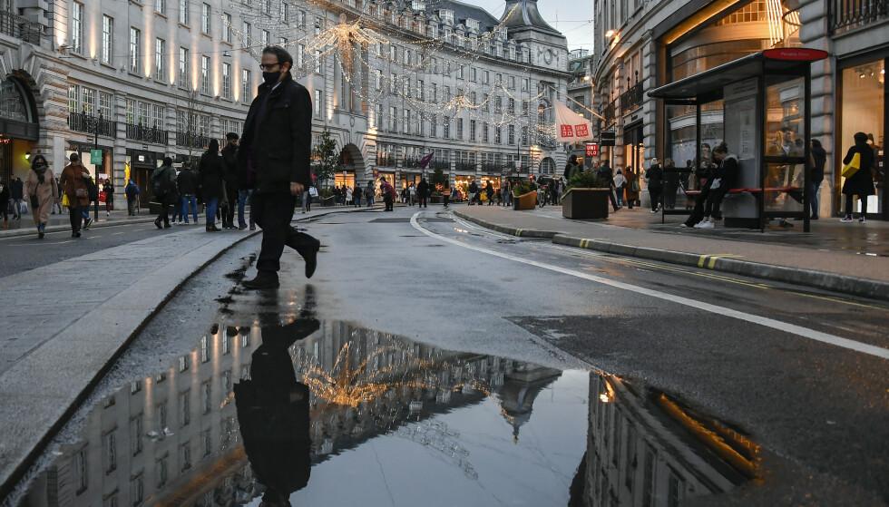 I London innføres det nå enda strengere coronatiltak etter funn av en ny og mer smittsom variant av viruset. Foto: Alberto Pezzali / AP / NTB