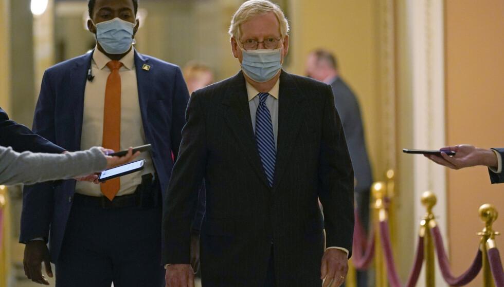 Kongressen har omsider blitt enig om en ny, omfattende coronakrisepakke, kunne Mitch McConnell kunngjøre søndag. Foto: Susan Walsh / AP / NTB