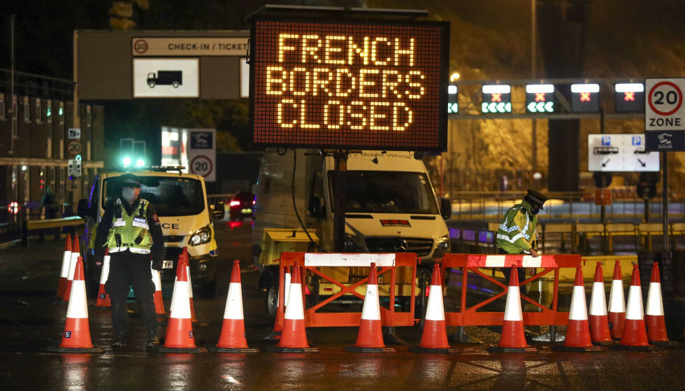 STENGT: I frykt for den ny mutasjonen av coronaviruset, har Frankrike - og en rekke andre land - gitt beskjed om at de ikke vil ta imot passasjerer fra Storbritannia. Dette bildet viser hvordan politiet bortviser biler fra havna i Kent. Foto: Steve Parsons/PA PHOTOS