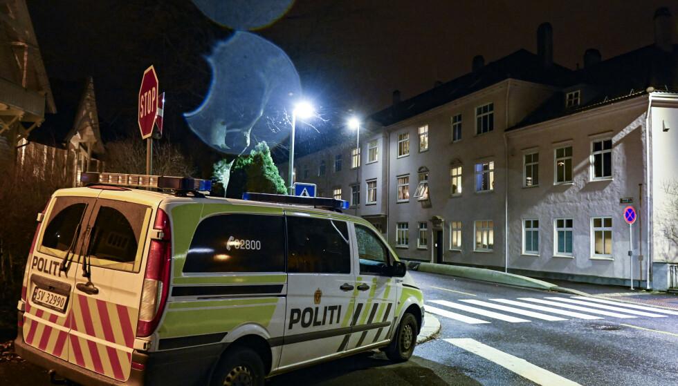 Nødetatene rykket ut til bygården i Ibsens gate mandag kveld. Foto: Eivind Senneset / NTB
