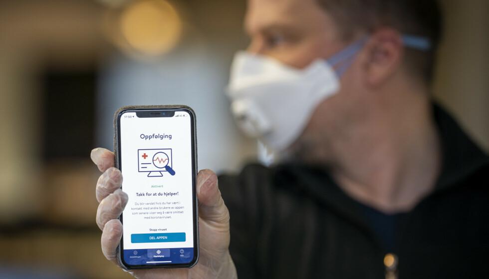 Folkehelseinstituttets nye app smittestopp for smittesporing. Appen skal hjelpe myndighetene med smittesporing, men kan også brukes til å varsle brukeren om at han eller hun har vært i nærheten av noen som er smittet av koronaviruset. Foto: Heiko Junge / NTB